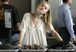 2-dakota_fanning_austin_airport_after_the_sxsw_festival_march_19_2010_WqBazwJ