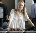3-dakota_fanning_austin_airport_after_the_sxsw_festival_march_19_2010_F5rw8Fk